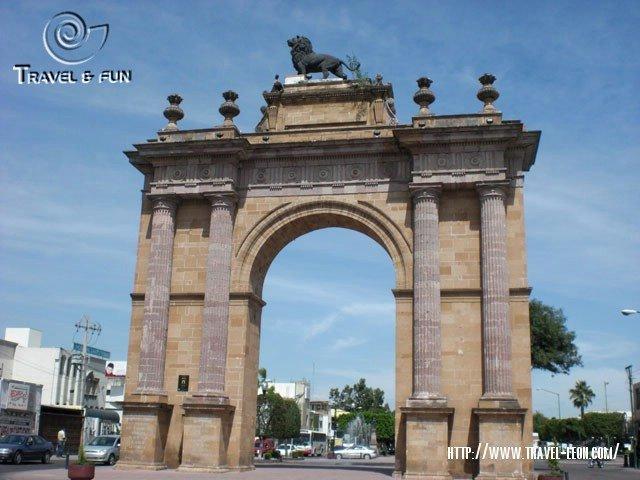 Arco de la Calzada de los Heroes en Leon, Guanajuato