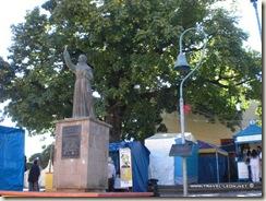 Esculturade Junípero Serra y Campana del Camino Real en Jalpan